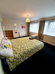A bed or beds in a room at 4 Bedroom Rayleigh Town House