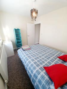 A bed or beds in a room at Rayleigh Centre Apartment