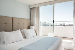A bed or beds in a room at Vivaldi Hotel Loft Punta Carretas