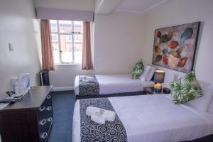 A bed or beds in a room at Hotel Waterloo & Backpackers