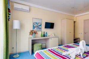 A television and/or entertainment centre at Guest House Positive