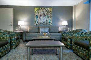 A seating area at Holiday Inn Nashville Vanderbilt