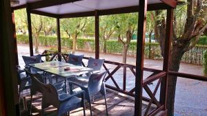 Een restaurant of ander eetgelegenheid bij Camping & Bungalows Suspiro del Moro