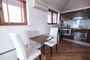 Кухня или кухненски бокс в Вихрен Палас Апартхотел
