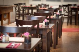 Um restaurante ou outro lugar para comer em Hotel Residence Le Coin