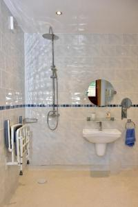 A bathroom at Shropshire Cottage, 2 bedrooms, sleeps 3