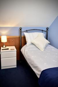 A bed or beds in a room at Shropshire Cottage, 2 bedrooms, sleeps 3