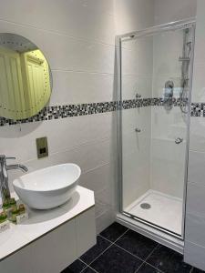 A bathroom at Four Seasons Hotel