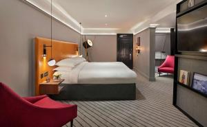 A bed or beds in a room at Andaz London Liverpool Street - a Concept by Hyatt
