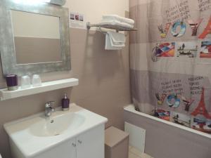 A bathroom at Hôtel du Commerce