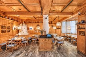 A restaurant or other place to eat at H+ Hotel Stuttgart Herrenberg