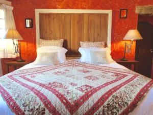 A bed or beds in a room at Un Patio en Luberon
