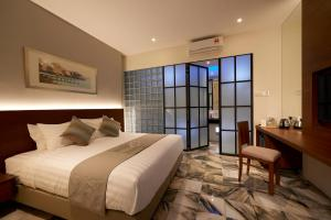 A bed or beds in a room at Macalister Terraces Hotel