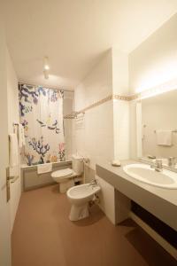 Salle de bains dans l'établissement Logis Hôtel L'Auzeraie