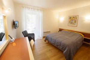Un ou plusieurs lits dans un hébergement de l'établissement Logis Hôtel L'Auzeraie