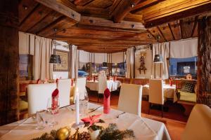 Ein Restaurant oder anderes Speiselokal in der Unterkunft Hotel Kögele