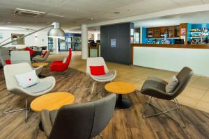 The lounge or bar area at Holiday Inn Express Newport