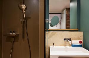 Ein Badezimmer in der Unterkunft Hotel Indigo Dresden - Wettiner Platz