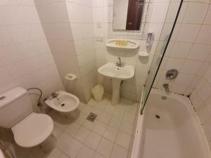 A bathroom at Al Shourfah Hotel Madinah
