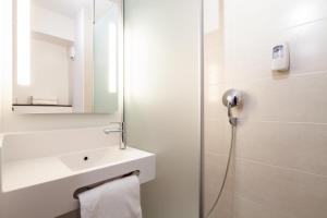 Salle de bains dans l'établissement B&B Hôtel Dunkerque Centre Gare