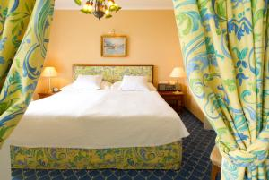 A bed or beds in a room at Hotel Wengener Hof