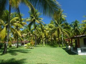 A garden outside Hotel Vila Guaiamu