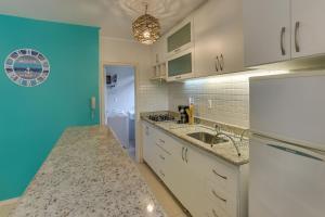 Una cocina o zona de cocina en Belo apartamento em Jureré Internacional