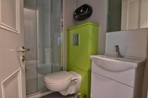A bathroom at Dungarvan Hostel and Bed and Breakfast