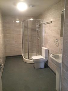A bathroom at Stoke House Apartments
