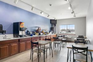 A restaurant or other place to eat at Days Inn by Wyndham Ellensburg Conference Center