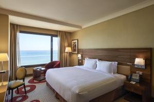 Кровать или кровати в номере Safir Fintas Hotel Kuwait