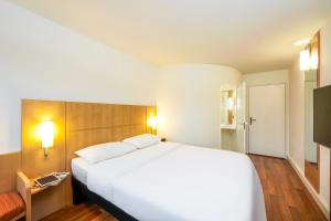 A bed or beds in a room at ibis Zurich Adliswil