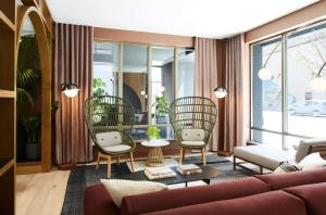 A seating area at Kimpton Saint George Hotel, an IHG hotel