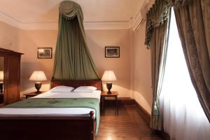 A bed or beds in a room at Queen's Hotel
