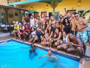 A piscina localizada em Farofa Loca Hostel ou nos arredores