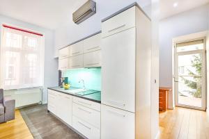 A kitchen or kitchenette at BlueApart