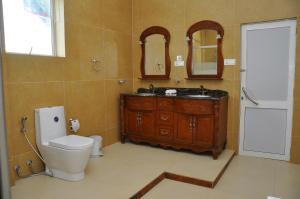 A bathroom at Hotel East Lagoon