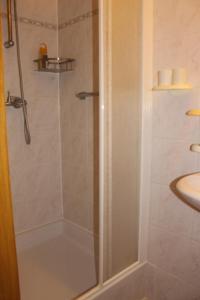 A bathroom at Breeden Steeger Hoeve