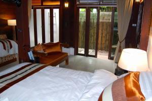 Een bed of bedden in een kamer bij Swiss-Lanna Lodge