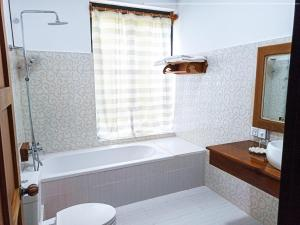 A bathroom at Myanmar Beauty Hotel 2