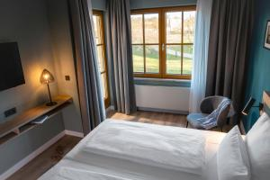 A bed or beds in a room at Robinson Club Fleesensee