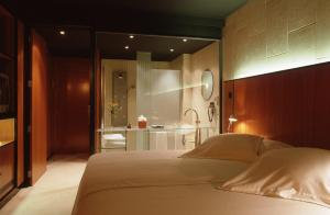 A bed or beds in a room at Barcelona Princess
