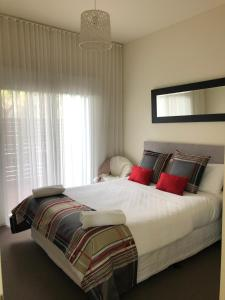 A bed or beds in a room at Exclusive Anglesea River Beach Apartment