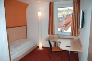 Ein Bett oder Betten in einem Zimmer der Unterkunft Landgasthof Hirsch