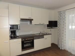 A kitchen or kitchenette at Appartements Eden