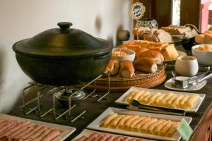 Breakfast options available to guests at Pousada Catamara