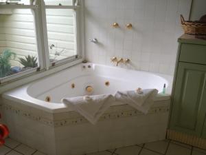 A bathroom at Casablanca Enchanted Cottage
