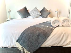 A bed or beds in a room at ReadySet Apartments at Lighthouse