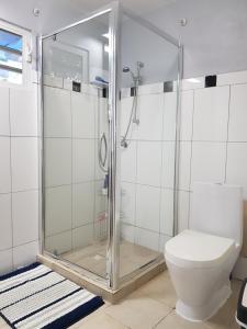 Um banheiro em La Vida Local - close to Mambo Beach!