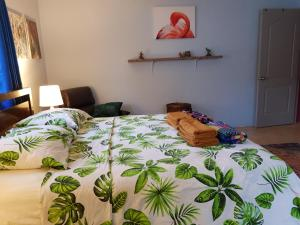 Cama ou camas em um quarto em La Vida Local - close to Mambo Beach!